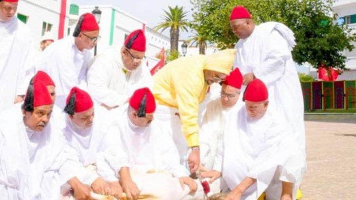 M'Diq : SM le Roi, Amir Al-Mouminine, accomplit la prière de l'Aïd Al-Adha et procède au rituel du sacrifice