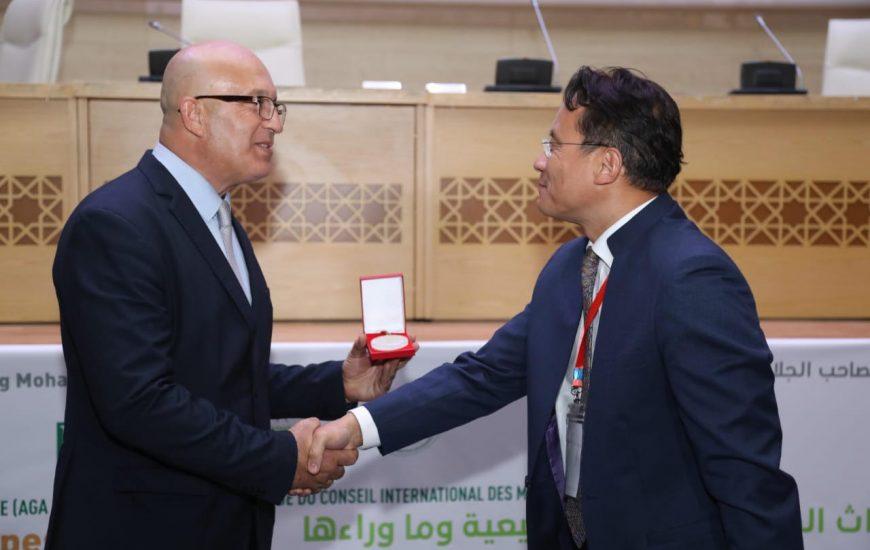 le président du Conseil d'administration de Icomos International, Toshiyuki Kono, remet la médaille d'honneur à Nasrallah Belkhayate président de la Fondation Trophée de l'Africanité.